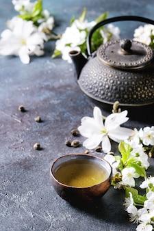 Tè con fiori primaverili