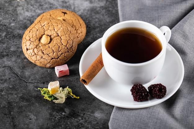 Tè con frutti di bosco, cannella e biscotti