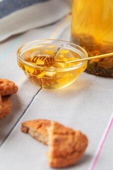 Tè con i biscotti sulla fine della tela di sacco in su