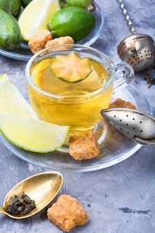 Tè con lime e feijoa