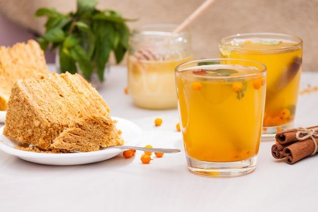 Tè con olivello spinoso, menta, miele, cannella, medovik torta a strati di miele.