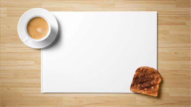 Tè con pane tostato su carta bianca su fondo in legno
