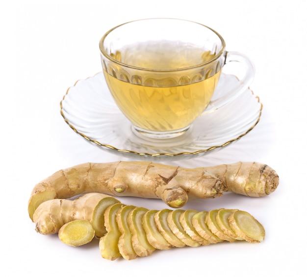 Tè con radice di zenzero isolato su sfondo bianco