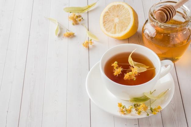 Tè con tiglio, miele e limone. cibo sano, trattamento del raffreddore