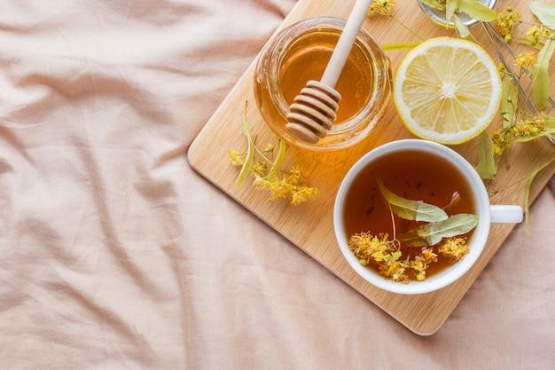 Tè con tiglio, miele e limone.