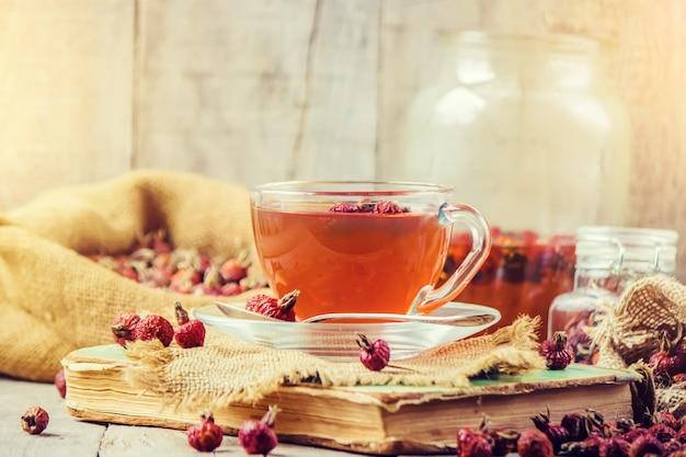 Tè con una rosa canina. messa a fuoco selettiva