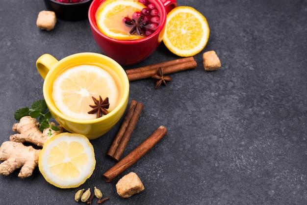 Tè con vista dall'alto al gusto di limone con copia-spazio