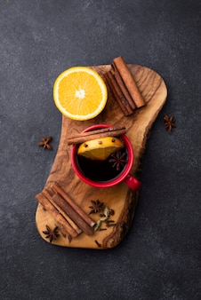 Tè con vista dall'alto al gusto di limone e cannella