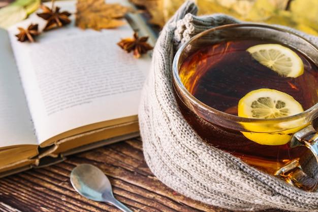 Tè d'autunno con un libro aperto