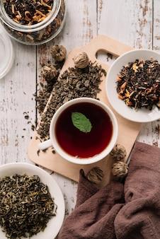 Tè della frutta della foresta con la vista superiore della foglia