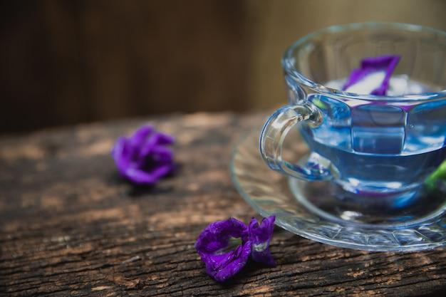 Tè di fiori di piccioni asiatici pisello di farfalla fiori di pisello pisello blu per bere sano sul legno
