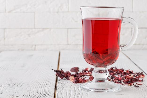 Tè di ibisco aromatico sul tavolo bianco
