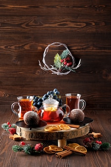 Tè di natale uva e tè al limone con torta al cioccolato