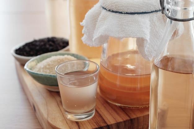 Tè fermentato kombucha fatto in casa, cibo probiotico