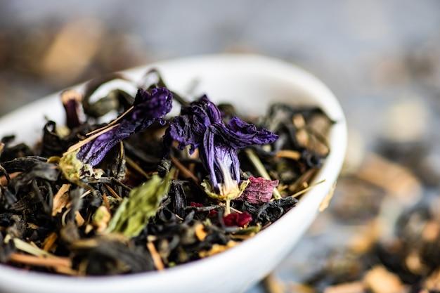 Tè floreale in una ciotola