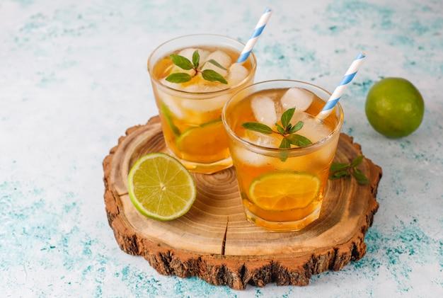 Tè freddo al lime e ghiaccio