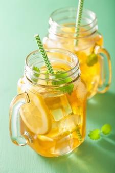 Tè freddo al limone e melissa in barattoli di vetro