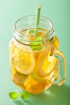 Tè freddo al limone e melissa in barattolo di vetro