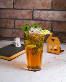 Tè freddo al limone sul tavolo