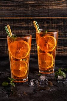 Tè freddo con fette di limone e menta