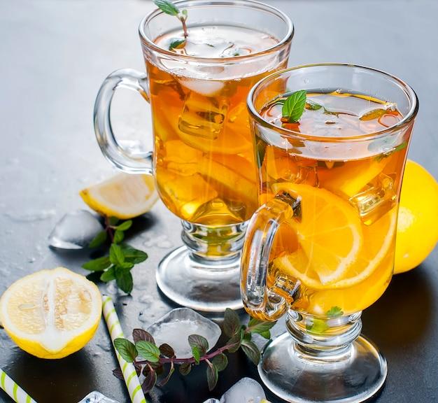 Tè freddo con limone, menta e ghiaccio