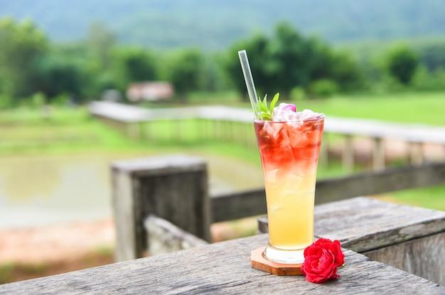 Tè freddo con una rosa di tè cocktail freddo