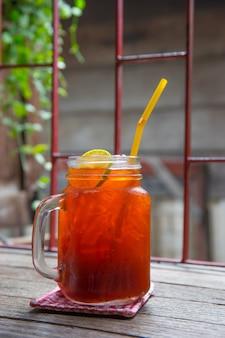 Tè freddo della calce del limone sulla tavola di vitage in una brocca