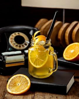 Tè freddo fatto in casa con fetta d'arancia