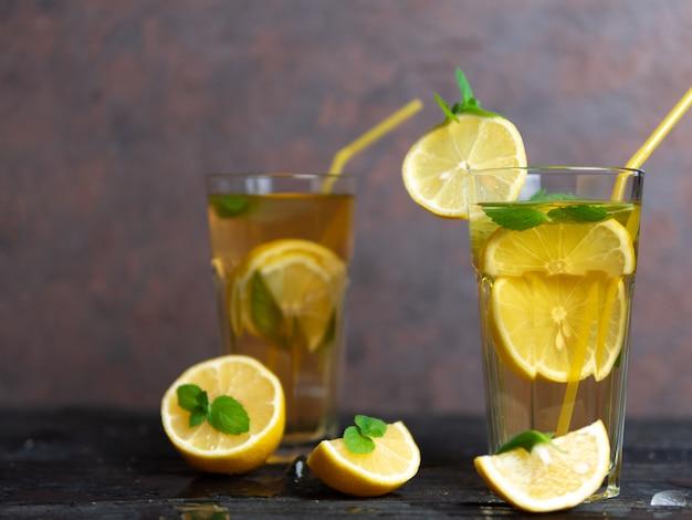 Tè freddo fatto in casa mojito estivo con menta, limone e ghiaccio