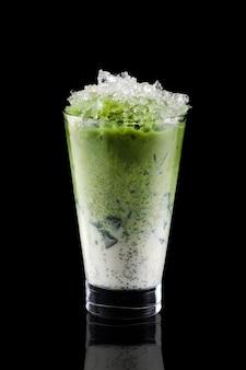 Tè freddo matcha e ghiaccio tritato in un bicchiere alto