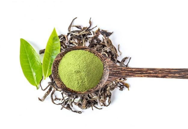 Tè fresco e asciutto sulla parete bianca.