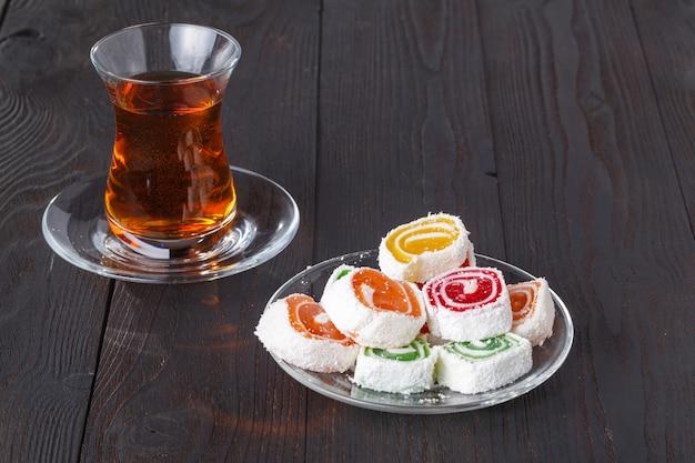 Tè in armudu tradizionale con dolci
