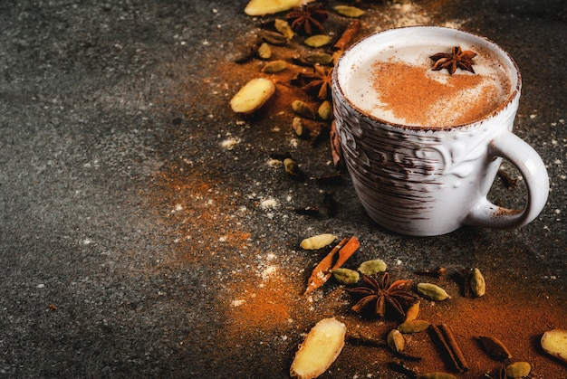 Tè indiano tradizionale masala chai con spezie cannella, cardamomo, anice, pietra scura.