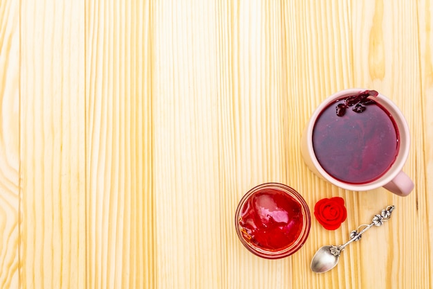 Tè karkade da petali di ibisco (rosa sudanese). dolce colazione romantica. su una superficie di legno, copia spazio,.