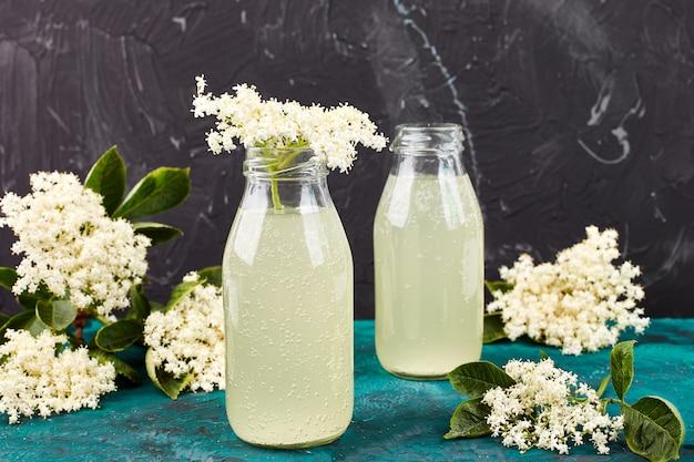 Tè kombucha con fiori di sambuco