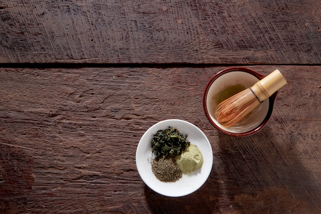 Tè macha su superficie in legno