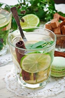 Tè marocchino con menta, lime e cannella
