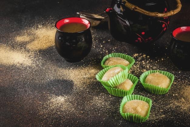 Tè matcha con mochi verde, sfondo arrugginito scuro. copyspace