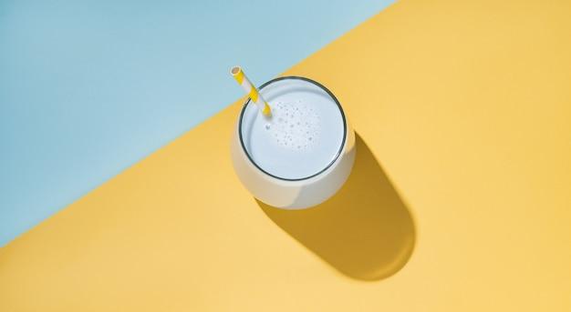 Tè matcha con ombra dura su sfondo giallo e blu