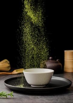 Tè matcha in polvere setacciato in una ciotola