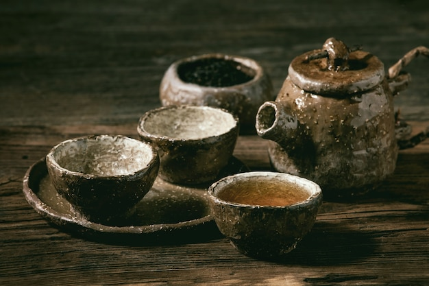 Tè nero caldo con tazze e teiera