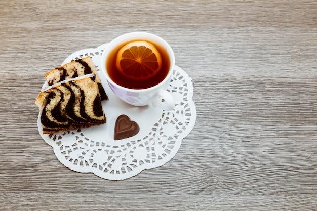 Tè nero colorato francese tradizionale con torta