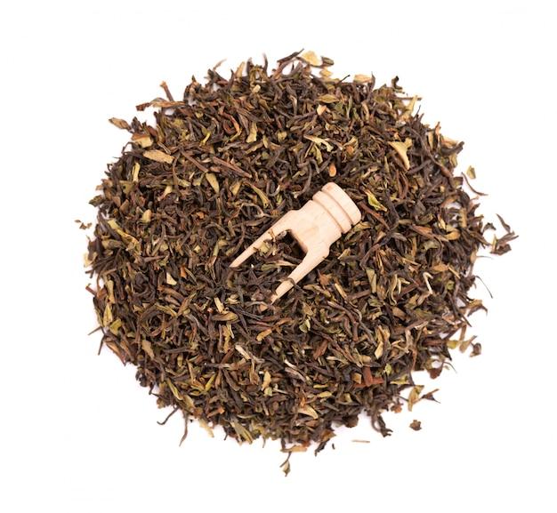 Tè nero darjeeling, isolato su sfondo bianco