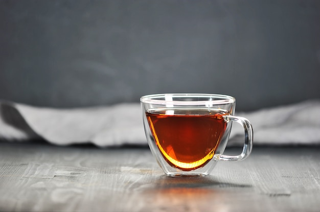 Tè nero del mattino in una tazza trasparente