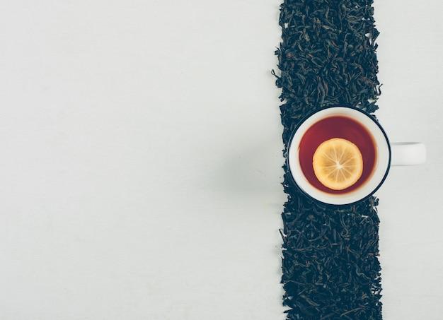 Tè nero in una linea con una vista dall'alto di una tazza di tè al limone
