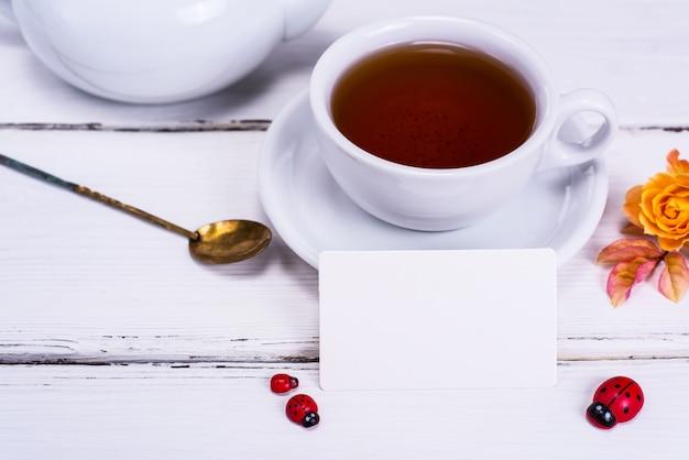 Tè nero in una tazza bianca rotonda con un piattino