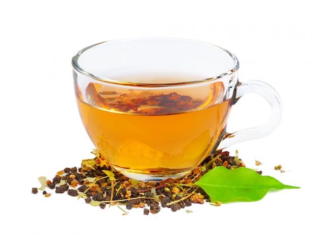 Tè nero in una tazza di vetro. foglie di menta e tè. su bianco, isolato