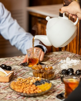 Tè nero in vetro armudu sul tavolo