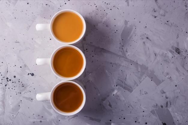 Tè o caffè masala con una diversa quantità di latte