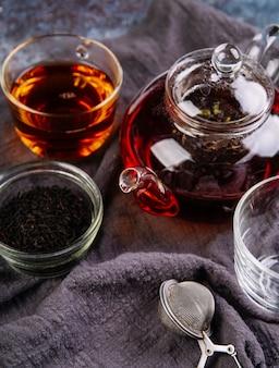 Tè organico della frutta della foresta sul panno